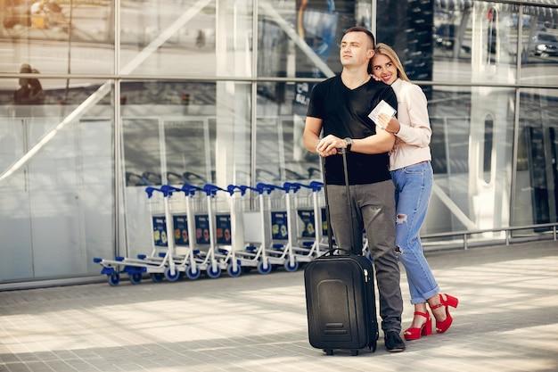 Mooi paar dat zich in luchthaven bevindt Gratis Foto