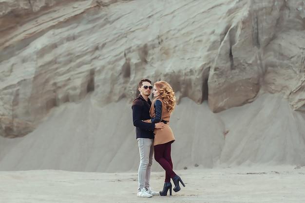 Mooi paar in liefde op valentijnsdag. gelukkig Premium Foto