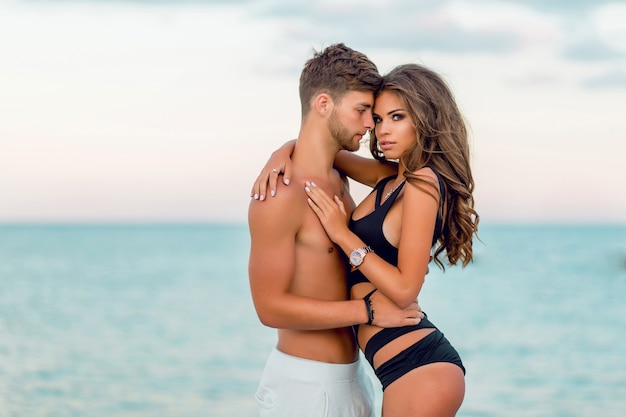 Mooi paar knuffelen op geweldig tropisch strand Gratis Foto