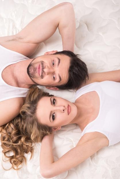 Mooi paar liggen op de kwaliteit matras. Premium Foto
