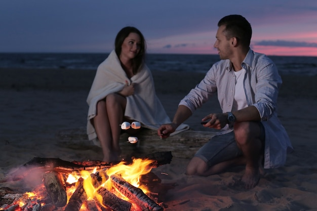 Mooi paar op het strand Gratis Foto