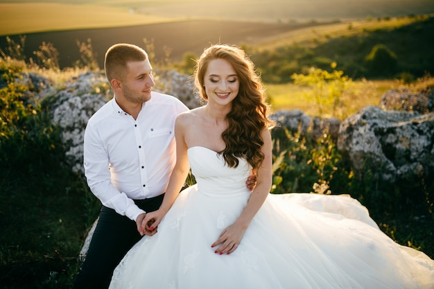 Mooi paar poseren op hun trouwdag Gratis Foto
