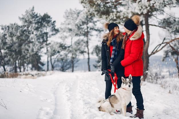 Mooi paar spelen met een hond Gratis Foto
