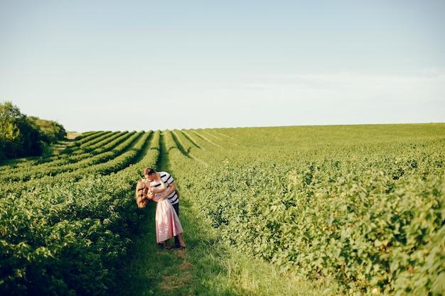Mooi paar tijd doorbrengen op een zomer veld Gratis Foto