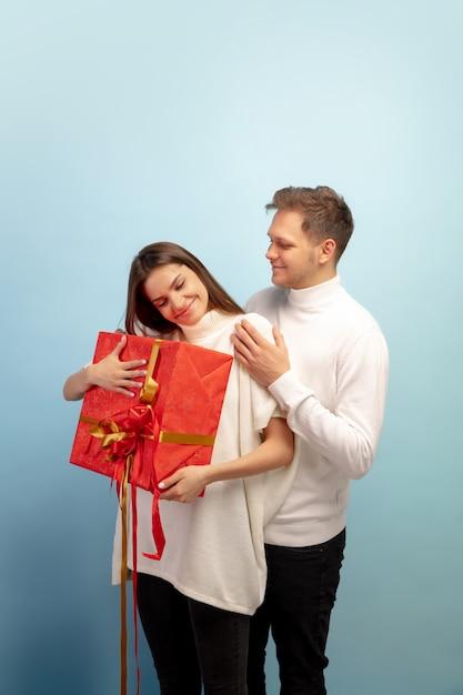 Mooi paar verliefd op blauwe studiomuur Gratis Foto