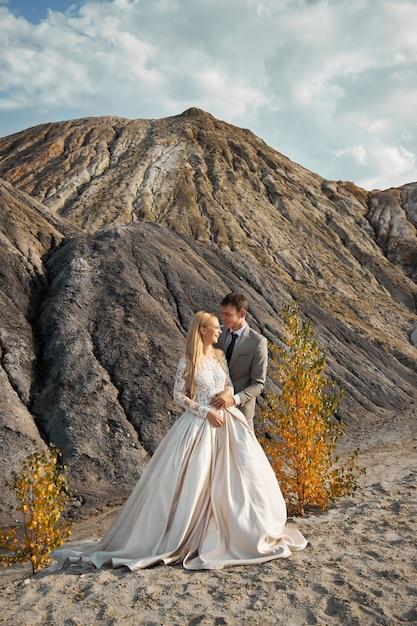 Mooi paar verliefd op een fantastisch landschap Premium Foto