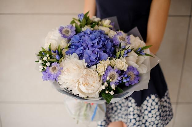 Mooi paars en wit boeket bloemen Premium Foto