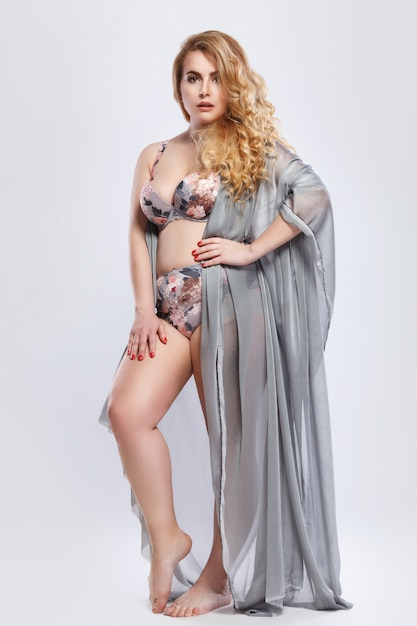 Mooi plus-size model met lingerie en stukstof Premium Foto