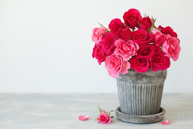 Mooi rood roze bloemenboeket in vaas over wit Premium Foto