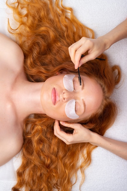 Mooi roodharig meisje met krullend haar. professionele huid voor make-up en schoonheidsverzorging. Premium Foto