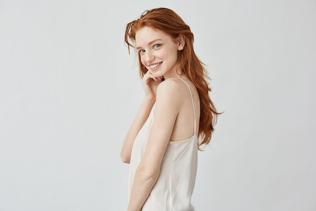 Mooi roodharig meisje met sproeten glimlachen Gratis Foto