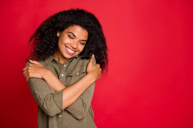 Mooi schattig leuk charmant mooi meisje toont liefde voor zichzelf knuffelen zichzelf met gesloten ogen dromerig geïsoleerd Premium Foto