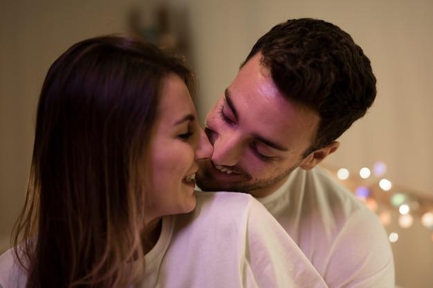 Mooi schattig paar thuis kussen Gratis Foto