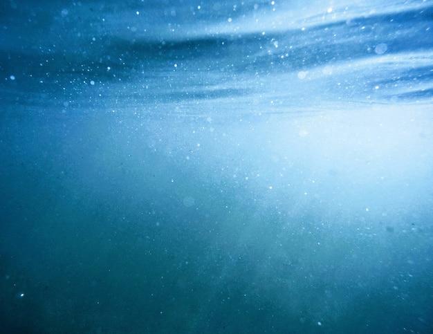 Mooi schot gemaakt onder water met zonlicht schijnt door het oppervlak Gratis Foto