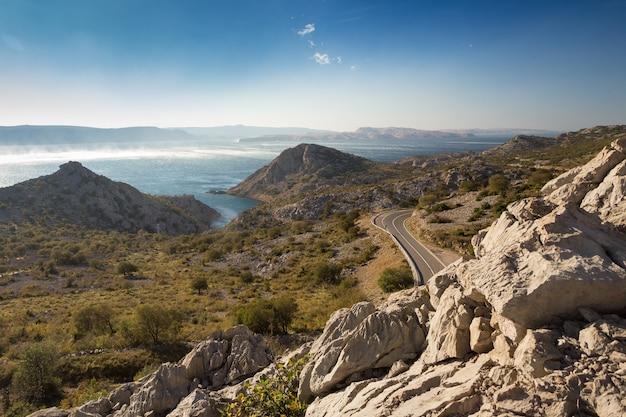 Mooi schot van adriatische weg, dalmatië, kroatië onder de blauwe hemel Gratis Foto