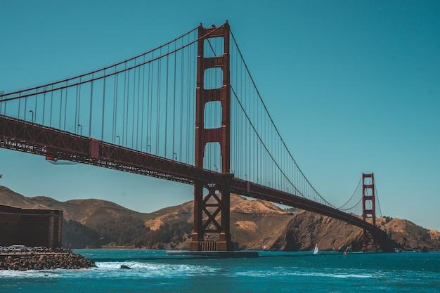 Mooi schot van de golden gate bridge met verbazingwekkende heldere blauwe hemel Gratis Foto