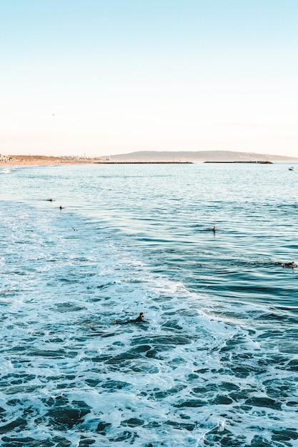 Mooi schot van de golven van de zee met verbazingwekkende water texturen tijdens een zonnige dag op het strand Gratis Foto