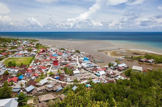 Mooi schot van de stad dichtbij de oever van een kalme zee in mentawai-eilanden, indonesië Gratis Foto