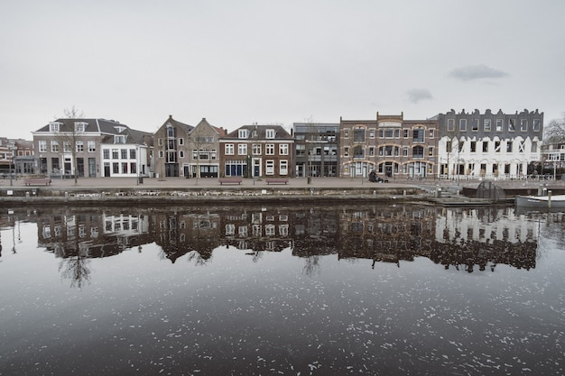 Mooi schot van de stadsarchitectuur met reflecties Gratis Foto