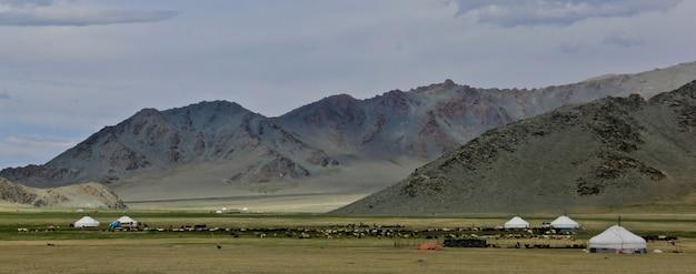 Mooi schot van de vallei van de groene berg en een bewolkte hemel Gratis Foto