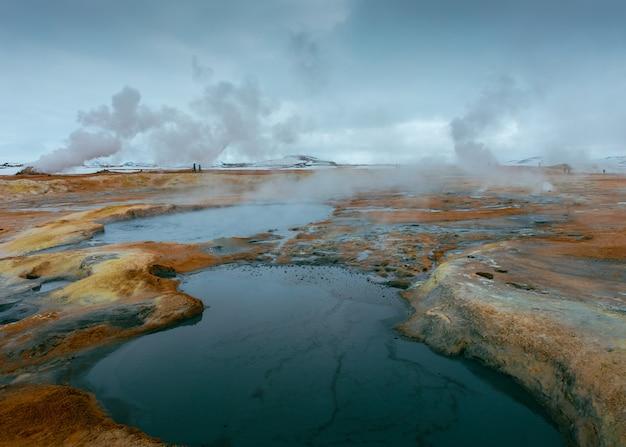 Mooi schot van een kleine meren in een rotsachtig veld Gratis Foto