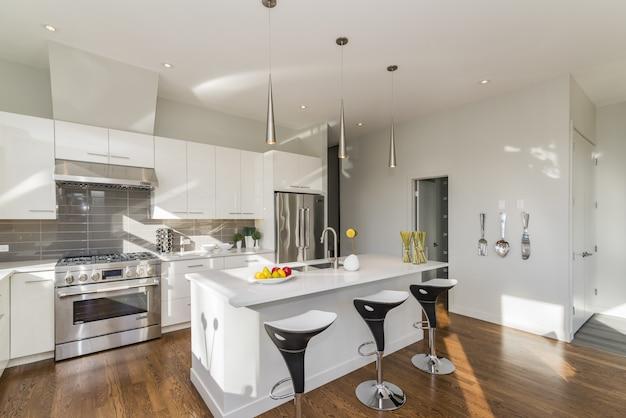 Mooi schot van een moderne huiskeuken Gratis Foto