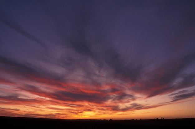 Mooi schot van een paarse en oranje hemel met wolken bij zonsondergang in guimaras, filippijnen Gratis Foto