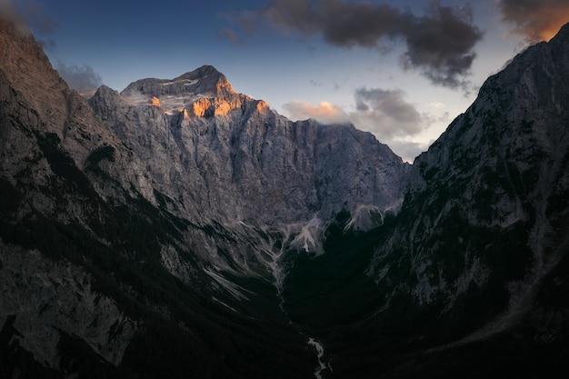 Mooi schot van een rotsberg onder de bewolkte hemel Gratis Foto