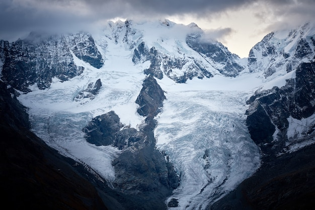 Mooi schot van een sneeuwberg onder een bewolkte hemel Gratis Foto