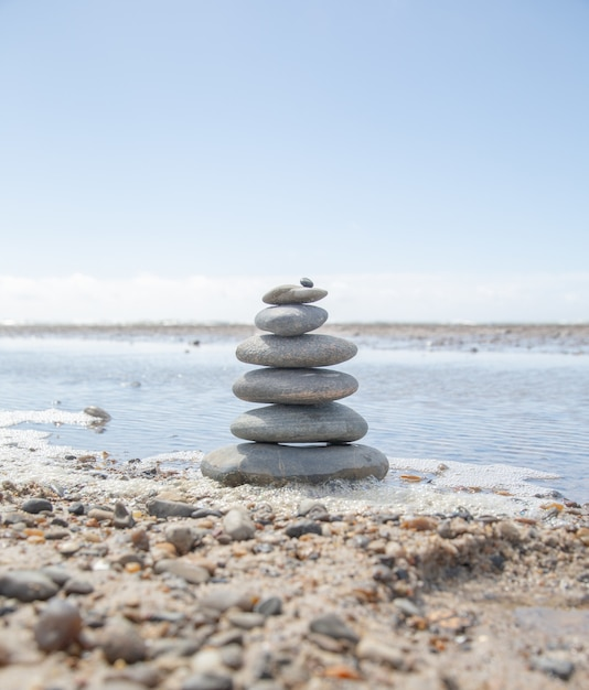 Mooi schot van een stapel rotsen op het strand - bedrijfsstabiliteitsconcept Gratis Foto