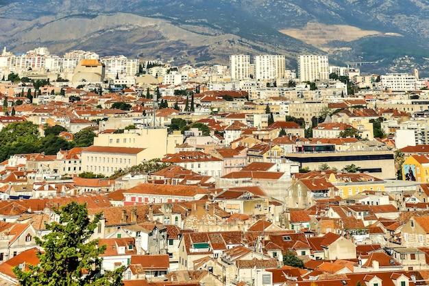 Mooi schot van gebouwen met bergen in de verte in kroatië, europa Gratis Foto