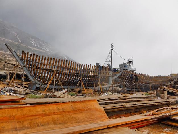 Mooi schot van het proces van de bouw van een schip op een bewolkte dag Gratis Foto