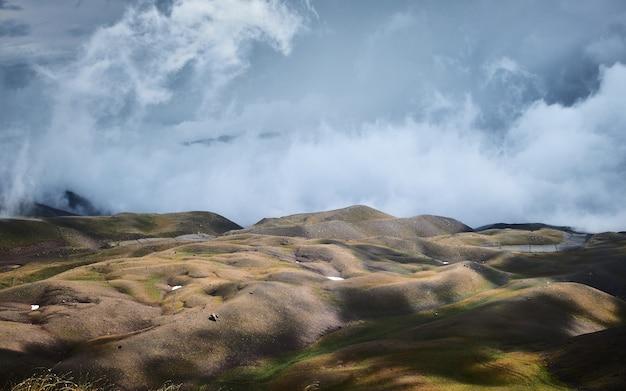 Mooi schot van heuvels met een blauwe bewolkte hemel op de achtergrond Gratis Foto