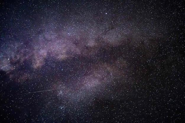Mooi schot van sterren in de nachtelijke hemel Gratis Foto