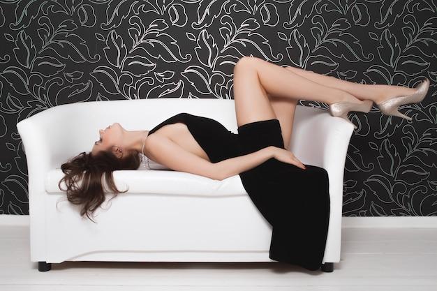Sexy brunette gaat anaal