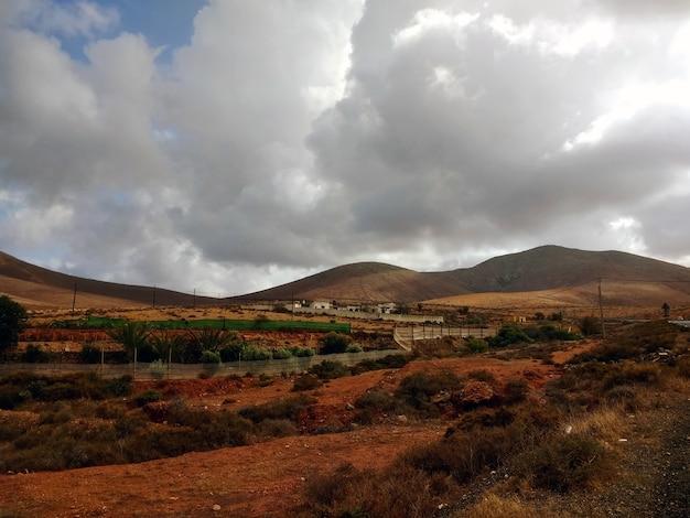 Mooi shot van een droge vallei tijdens bewolkt weer in fuerteventura, spanje. Gratis Foto