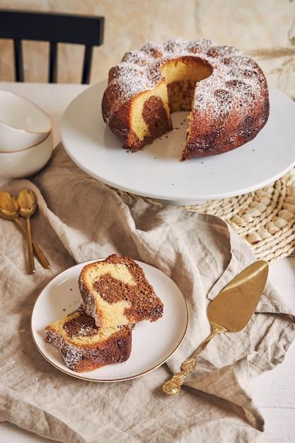 Mooi shot van een heerlijke ringcake op een witte plaat Gratis Foto