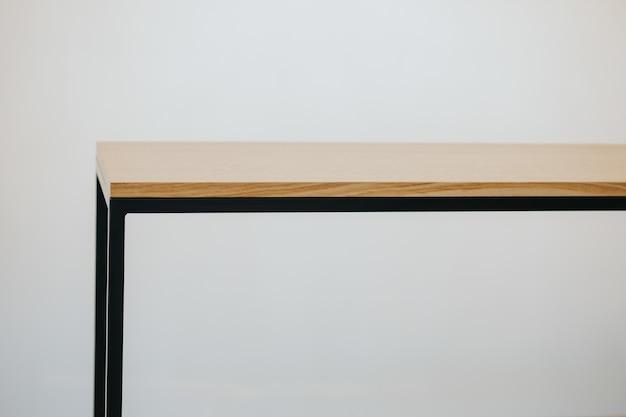 Mooi shot van een houten moderne plank geïsoleerd op een witte achtergrond Gratis Foto