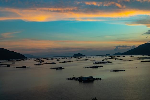 Mooi shot van een zee met gebouwen boven het water in vietnam Gratis Foto