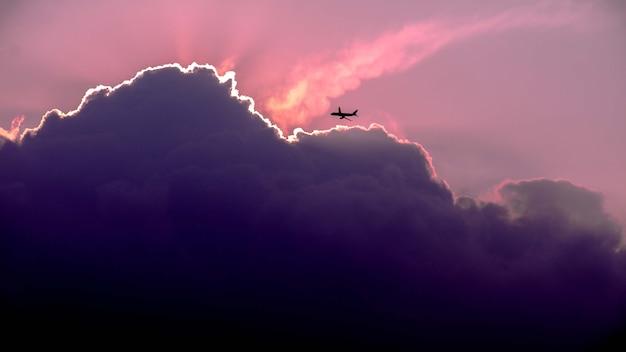 Mooi shot van het silhouet van het vliegtuig dat tijdens zonsopgang in de lucht vliegt Gratis Foto