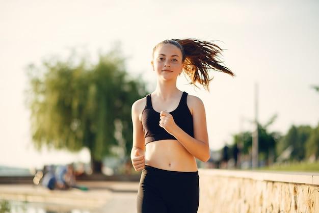 Mooi sportmeisje in een de zomerpark Gratis Foto