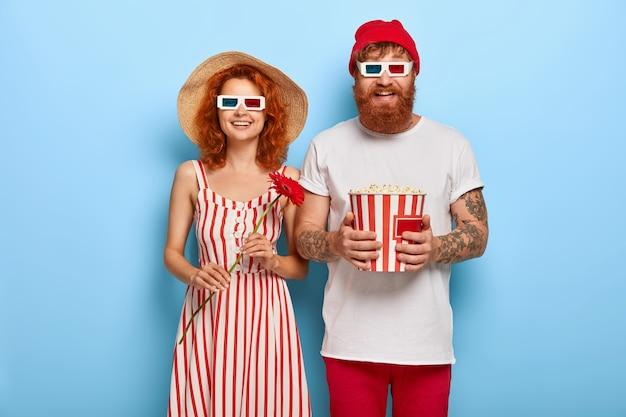 Mooi stel kijkt vrolijk naar het scherm, kijkt naar grappige film, lacht om positieve emoties Gratis Foto