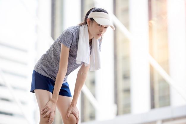 Mooi tienermeisje dat in de stad met handdoek rond haar hals uitoefent Premium Foto