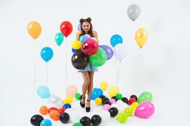 Mooi tienermeisje in trendy schoenen maakt zich klaar voor prom Gratis Foto