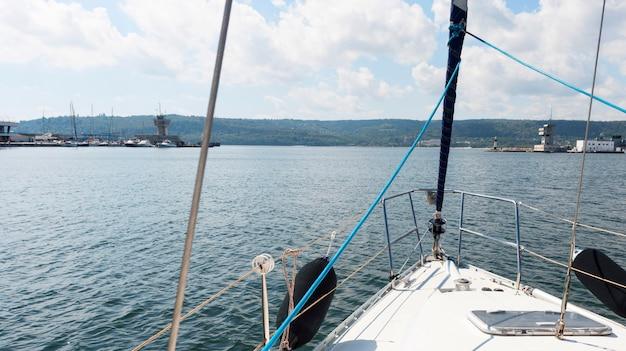 Mooi uitzicht op de oceaan vanaf een boot Gratis Foto