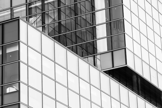 Mooi van het architectuurbureau bedrijfsgebouw met de vorm van het glasvenster Gratis Foto