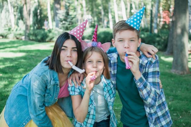 Mooi verjaardagsconcept met gelukkige familie Gratis Foto
