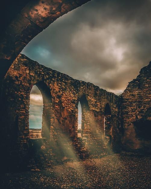 Mooi verticaal schot van een steen middeleeuws viaduct Gratis Foto