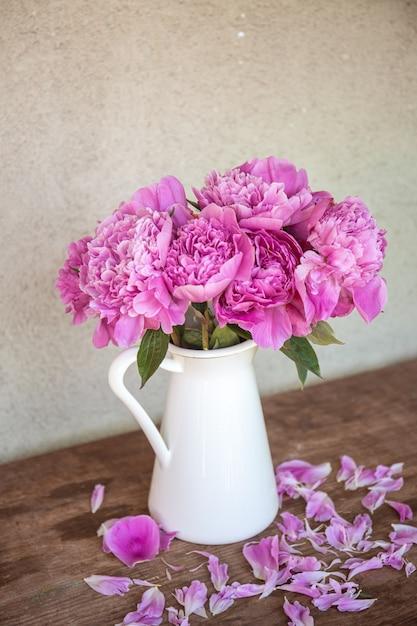 Mooi verticaal schot van pioenen in een vaas - romantisch concept Gratis Foto