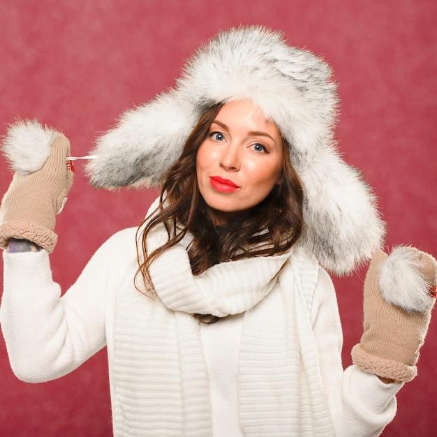 Mooi vrouwelijk model in kerstmishoed Gratis Foto